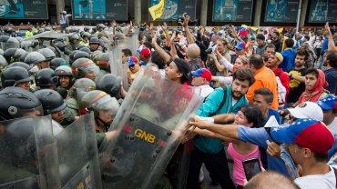 Una de las tantas represiones del régimen chavista contra personas que manifestaban por la grave crisis que sufre Venezuela.
