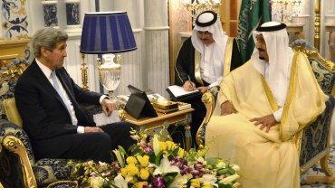 John Kerry dialoga con el rey saudita Salman bin Abdelaziz Al Saud durante su encuentro en Jeddah.