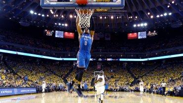 Russell Westbrook, la figura del partido, vuelca el balón durante la victoria como visitante de Oklahoma City ante Golden State.
