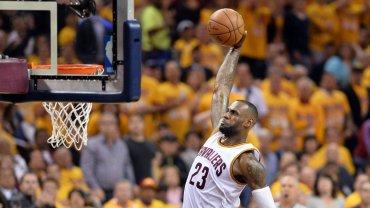 LeBron James, quien convirtió 24 puntos, se apresta a volcar el balón en el contundente triunfo frente a Toronto Raptors.