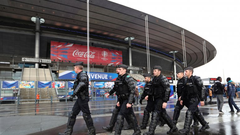 Un grupo de policías custodia el Stade de France, donde podrían producirse ataques terroristas durante la Eurocopa