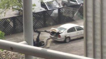 Las autoridades enviaron un robot para quitar los paquetes sospechosos del automóvil