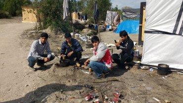 Campamento de refugiados de Calais. Las familias envían a sus hijos con la esperanza de que logren llegar a Londres y conseguir mejor educación y trabajo.