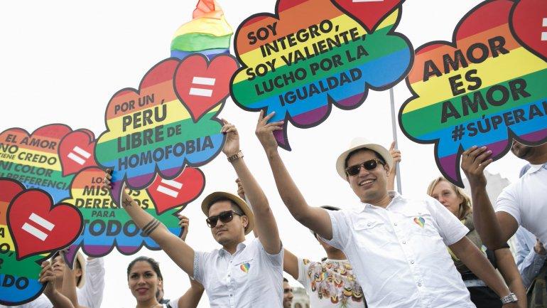 Con globos y carteles, cientos de personas marcharon de plaza San Martín hasta el parque Campo de Marte