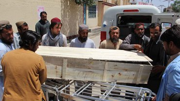 Fanáticos talibanes trasladan el cuerpo de Akhtar Mansour