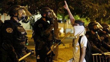 La policía dispersó caballos y gas pimienta a la multitud que protestaba contra el candidato republicano