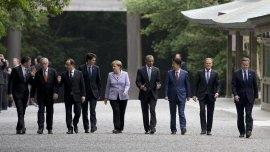 Los mandatarios de los siete países miembros más dos representantes de la Unión Europea en un templo sintoísta