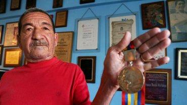 Francisco Morochito Rodríguez con la medalla dorada que obtuvo hace 48 años en los Juegos Olímpicos de la Ciudad de México
