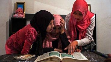 Oulfa Hamrounni y sus hijas Taysin y Aya, de 11 y 13 años. Sus hermanas mayores quieren que se unan, como ellas, al Estado Islámico