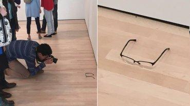 Un grupo de adolescentes dejó unas gafas en el piso de una galería dearte