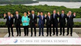 Los siete líderes y los delegados de la Unión Europea posan en la foto familiar
