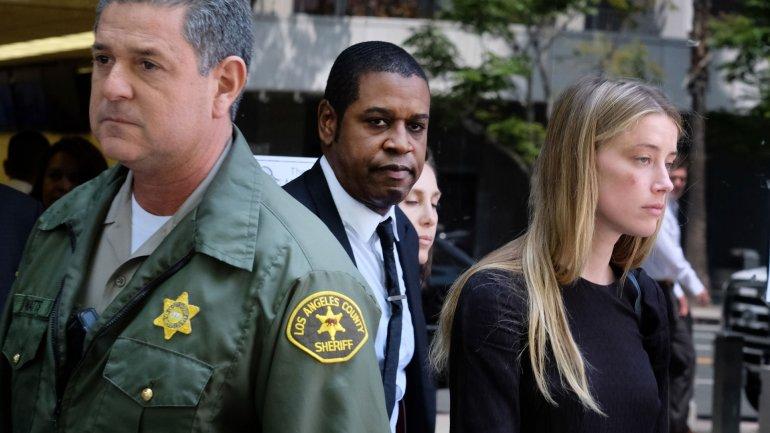 Fotografos descubrieron que Amber Heard aún tenía marcas en el rostro al salir del tribunal en Los Ángeles