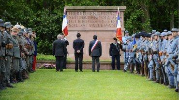 El homenaje comenzó el sábado y seguirá en otros sitios el domingo, cuando se reunirán Hollande y Merkel