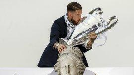 Sergio Ramos besa la copa en la Plaza de Cibeles, en Madrid