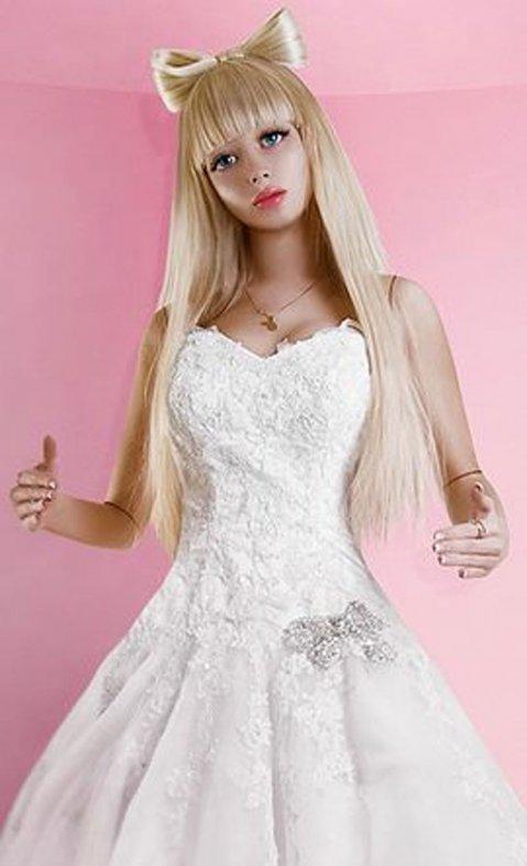 """Las fotos de una """"Barbie humana"""" que es muñeca de sus padres"""
