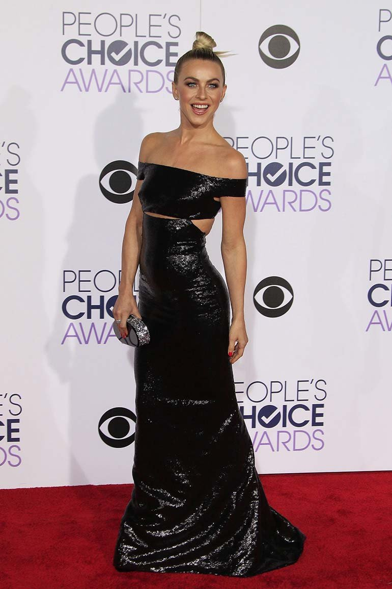 La actriz estadounidense Julianne Hough posa durante su llegada a la ceremonia de entrega de los Peoples Choice Awards