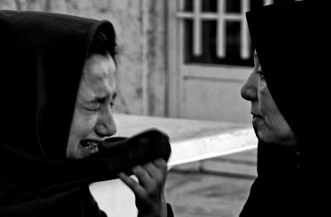 Shaqayeq, de 15 años, ha estado en prisión desde hace casi un año por el delito de robo a mano armada en una tienda en Teherán. Fue sentenciada a muerte pero debe cumplir 18 años para que se ejecute la pena. En la fotografía aparece su abuela, quien fue a visitarla después de un año de reclusión.