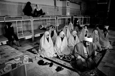 Un religioso visita la sala de las niñas menores de edad en el centro de corrección de todos los días. Después de las oraciones, habla acerca de los métodos de crianza correctas para las niñas y ruega a Dios que las perdone.