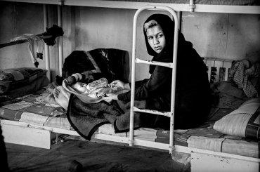 Las reclusos pueden mantener a sus recién nacidos con ellos en la cárcel hasta que son dos años de edad. Zahra se casó a los 14 años y tiene dos hijos. Ahora tiene 17 años y está en la cárcel por el robo de teléfonos móviles.