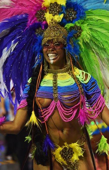 EnSan Pablo los desfiles de las mayores scolas son viernes y sábado de Carnaval, mientras que en Rio las doce mayores se presentan domingo y lunes.