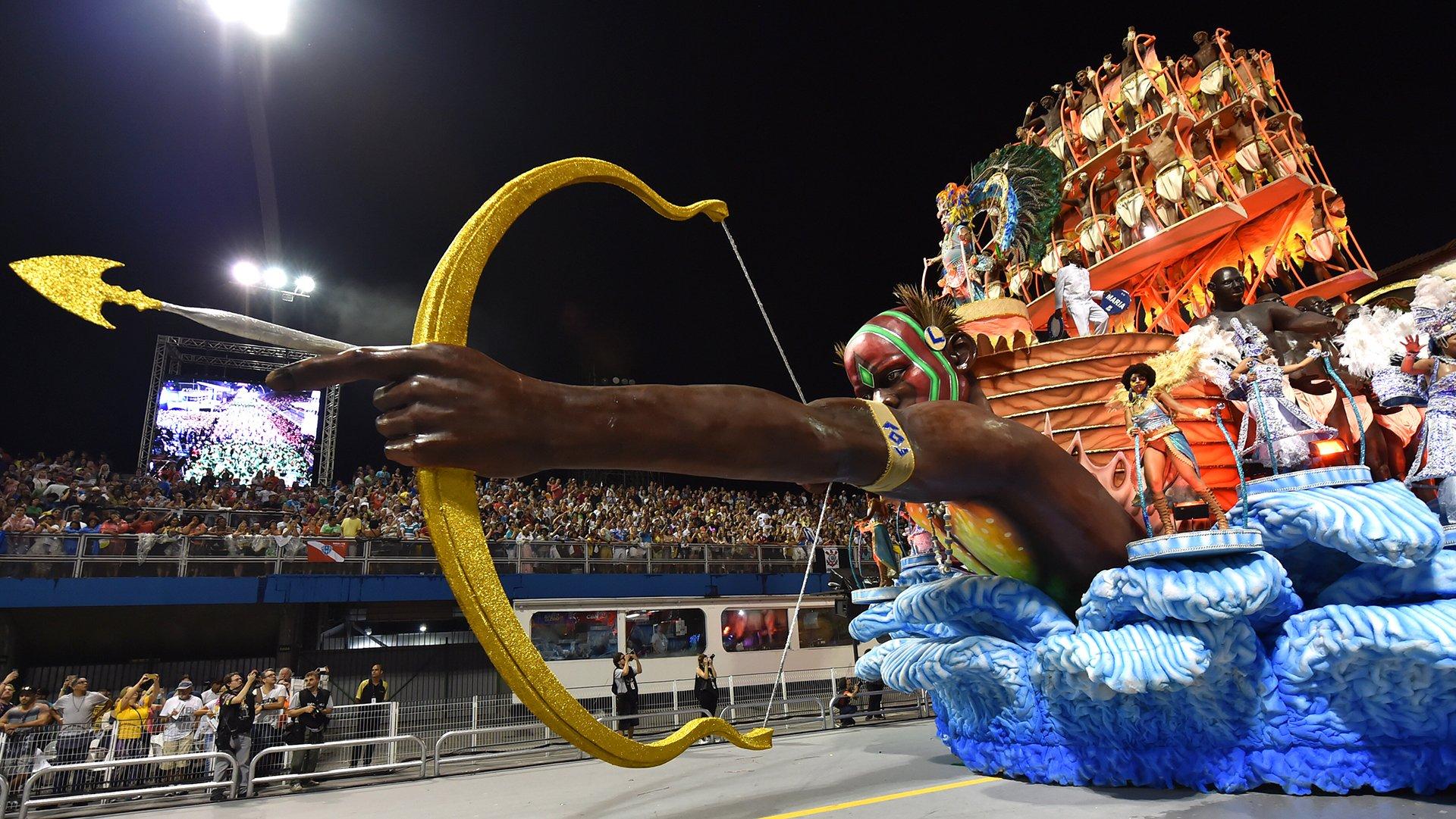 La escuela de samba Unidos de Vila Maria desfilan durante la primera noche del desfile de carnaval en el Sambódromo en Sao Paulo