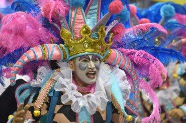 La primera escuela en desfilar por la avenida, como también se llama al Sambódromo, fue Pérola Negra con un homenaje a uno de los más famosos bailarines de Brasil, Carlinhos de Jesús, eximio exponente de las danzas de salón