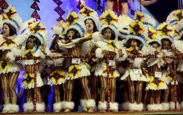 Los niños de la scola Vila Maria hace su pasada de carnaval en el Sambódromo de San Pablo.
