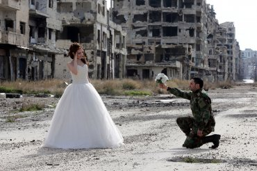 La pareja contrajo matrimonio en la ciudad siria de Homs, una de las más golpeadas por la guerra