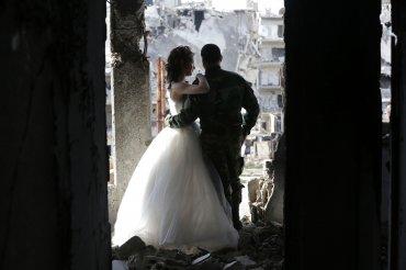 Nada Merhi, como toda novia, llevó un vestido blanco y Hassan Youssef se casó con un traje militar