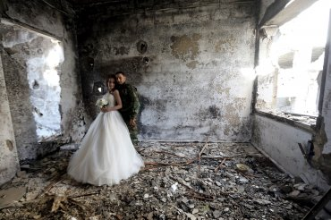 Ni los escombros de la guerra pudieron evitar el casamiento entre Nada Merhi, de 18 años, y su esposo Hassan Youssef, de 27