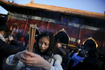Además de utilizar la pólvora para alejar la mala suerte, los chinos acostumbran repartir fortuna entre sus seres queridos metiendo dinero en los hongbao (sobre rojo), una tradición adaptada ya a la era tecnológica, con la posibilidad de enviar versiones digitales a través de aplicaciones de móvil