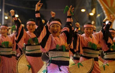 Bailarines participan en una exhibición en el parque Ditan durante las celebraciones del Año Nuevo en Beijing