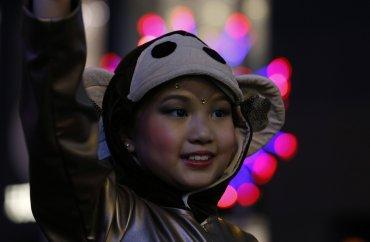 Aunque en general la sociedad china no ve el horóscopo como una predicción de futuro, sí hay ciertas supersticiones más o menos extendidas, como que las personas nacidas bajo el signo del mono vistan algo de color rojo (normalmente una pulsera) durante todo el año