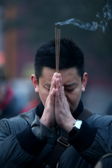 Desde anoche, cuando tuvo lugar la llamada Nochevieja china, los ciudadanos han estado usando petardos y fuegos artificiales de forma incesante, incluso por la noche, un hábito que encuentra sus raíces en que el fuego ahuyenta la mala fortuna –según la leyenda y que suele disparar los índices de contaminación
