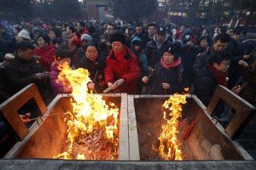 China se despide de la cabra, uno de los signos más denostados de los doce del zodíaco lunar, digiriendo aún que en 2015 registró la peor cifra de crecimiento económico en 25 años (6,9 por ciento) y con la previsión de que en el 2016 sea inferior