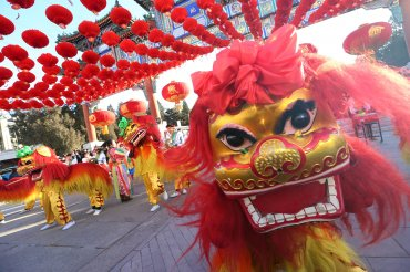 Un dragón chino participa en las celebraciones del Año Nuevo