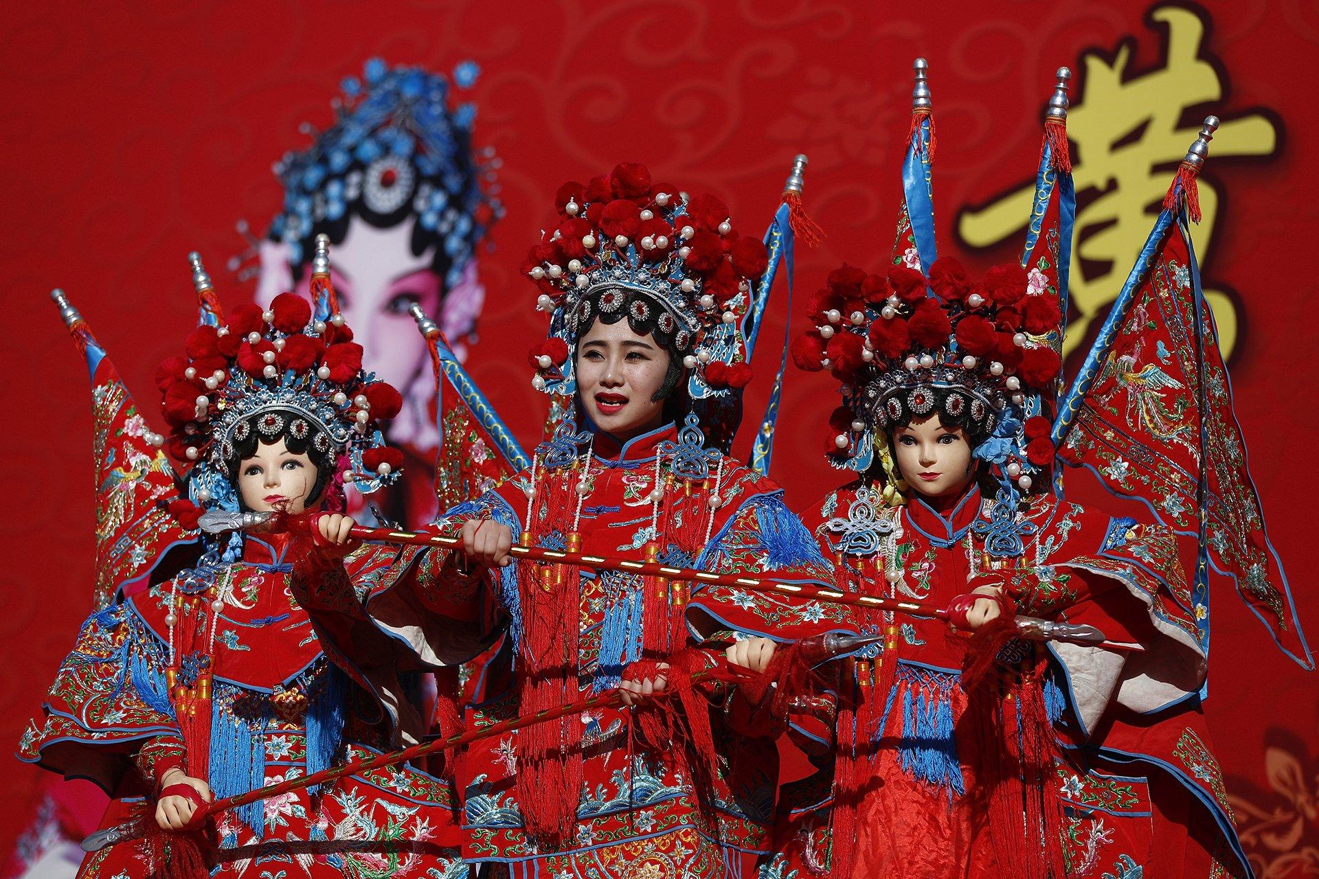 Los chinos acudieron el lunes a templos y ferias para pedir buena salud y fortuna en el primer día del feriado del Año Nuevo Lunar
