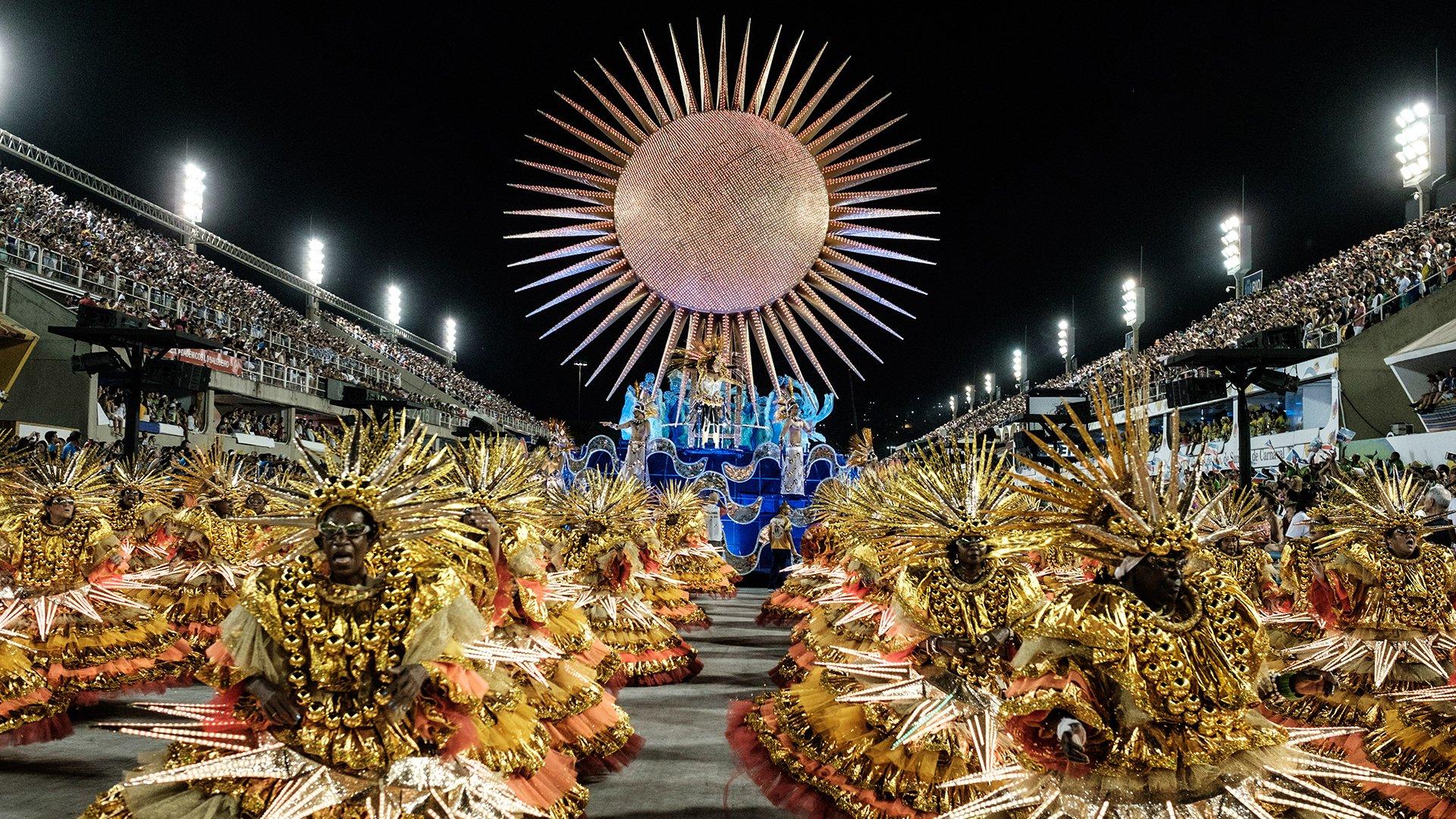 Seis de las mejores escuelas de samba de Río recorrieron los 700 metros del sambódromo para competir con otras tantas que desfilaron la víspera por el título de campeona del Carnaval