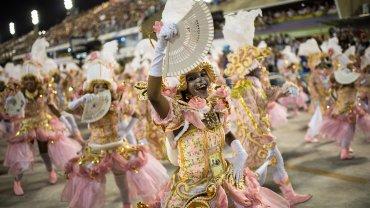 Los integrantes de las escuelas de samba se dedican todo el año a preparar los disfraces y las carrozas