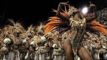 Las escuelas de samba tardan aproximadamente 20 minutos en atravesar cantando y bailando los 720 metros del sambódromo