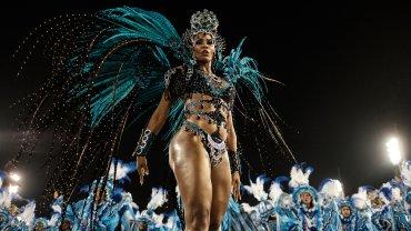 El espectáculo, considerado por los organizadores como el mayor del mundo, congrega a un público de 72.500 personas, que pagan auténticas fortunas por las mejores localidades