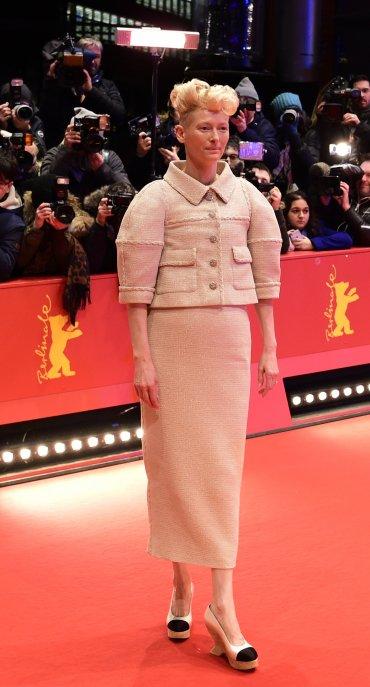 El extravagante peinado de la actriz Tilda Swinton acaparó todos los flashes