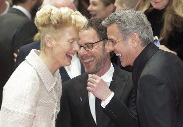 El director Ethan Coen (c) bromea con el actor estadounidense George Clooney (d) y la actriz Tilda Swinton (i)