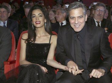 El actor George Clooney y su mujer Amal toman asiento durante la presentación de la película ¡Hail César! que inauguró la 66ª edición del Festival Internacional de Cine de Berlín