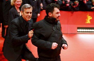 George Clooney bromea con un fotógrafo en la alfombra roja del festival de cine Berlinale