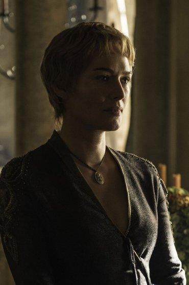 Cersei Lannister terminó la quinta temporada pasando por uno de sus momentos más humillantes. En los nuevos capítulos luce nuevo corte de pelo como consecuencia de aquel paseo de la vergüenza