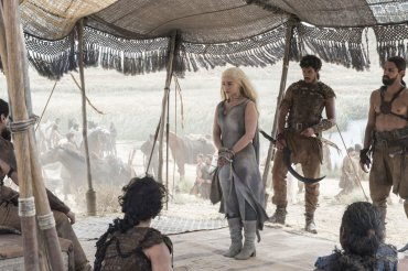 En esta imagen se ve mejor el estado en el que encontraremos a Daenerys, presa de un grupo de Dothraki