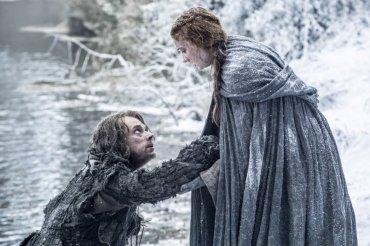 El último capítulo de la quinta temporada dejó en el aire el destino de varios personajes. Dos de ellos son Sansa Stark y Theon Greyjoy, que trataban de escapar de Invernalia. Las imágenes de los nuevos capítulos dejan claro que, al menos, los dos personajes siguen vivos