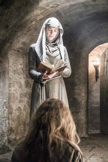 Aunque no se la pueda reconocer en la imagen, quien aparece en primer término, de espaldas, es Margaery Tyrell, que continúa presa