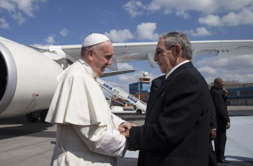 Al descender del avión, fue recibido por el presidente Raúl Castro